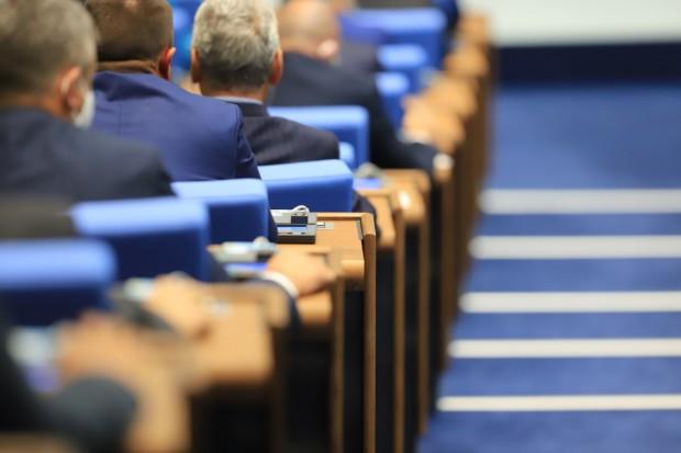 Остър тон, взаимни обвинения и процедурни хватки белязаха 7-часовото заседание