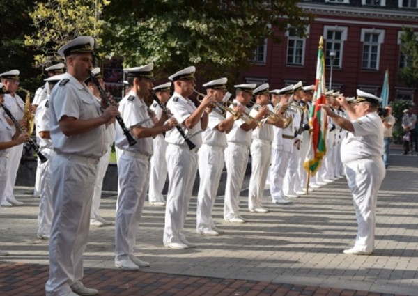 > С тържествено издигане на националното знаме във Варна бяха