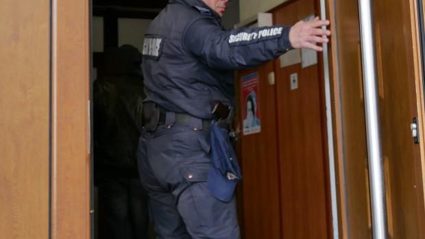 Впоследствие мъжът се насочил към един от коридорите в лечебното