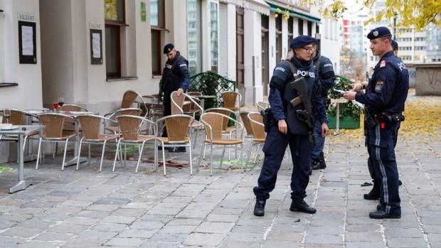 Три дни след кървавата атака във Виена службите нареждат пъзела.