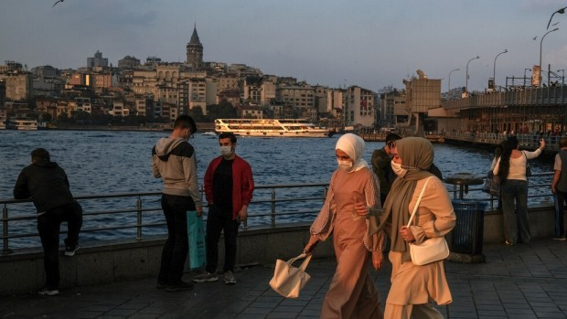 Турция въвежда строга карантина, за да се бори с коронавируса.