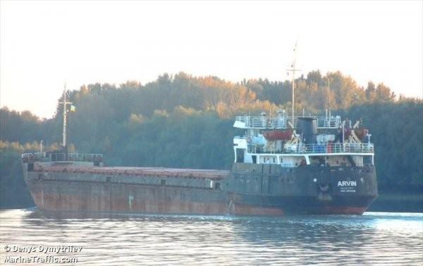 Четирима моряци от екипажа на товарния кораб