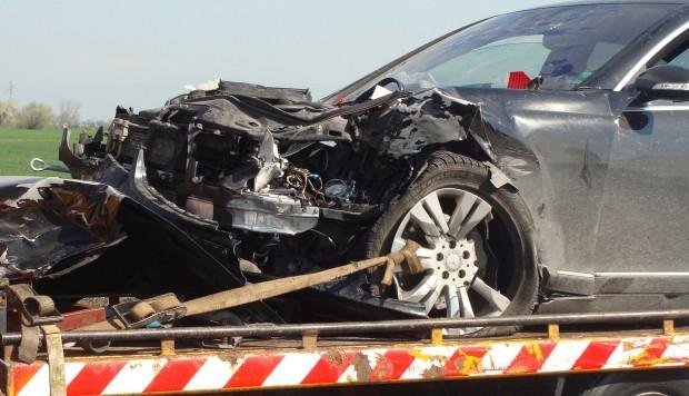 От катастрофата е пострадал водачът на автомобила, който е настанен