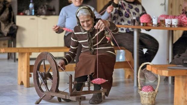 България днесСъс 100-годишен наследствен чекрък изплита най-дългата мартеница в България