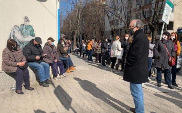 БТВОтново опашки от чакащи се извиха пред болница