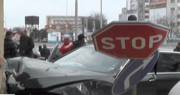 Нова твАвтомобил се вряза в жилищна сграда до оживено кръстовище
