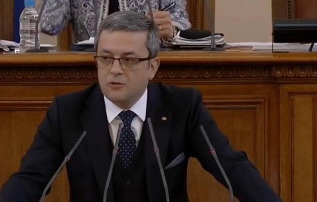 Депутатът от ГЕРБ Тома Биков нападна , който даде клетва