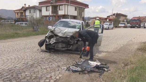 БТВДве леки коли са се ударили челно на изхода на