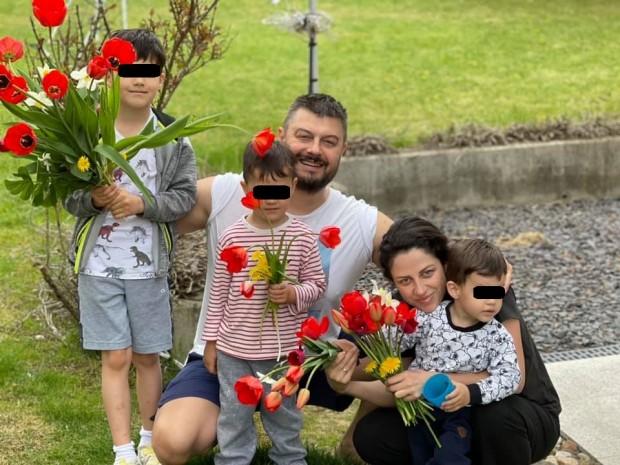 Николай Бареков публикува снимка със семейството си във Фейсбук, като
