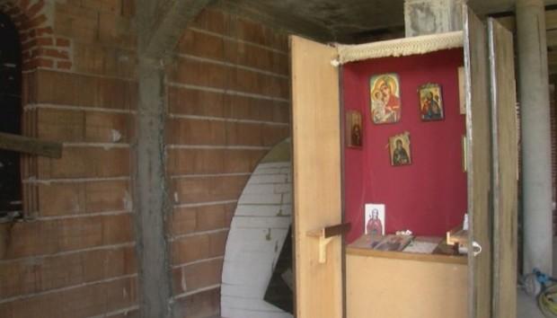 Шкаф вместо олтар. Така вече втора година благоевградското село Изгрев