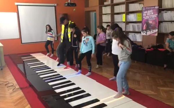 Фейсбук9-метрово пиано, на което се свири с крака, е инсталирано