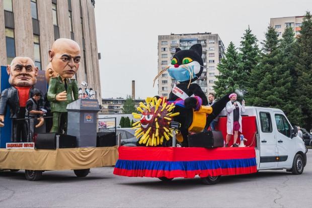 Джипката на Бойко Борисов, ферарито с цвят червен на Слави