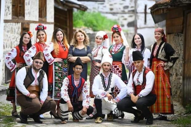 Владимир ДамяновСнимка на абитуриенти в народни носии отНационалното училище за