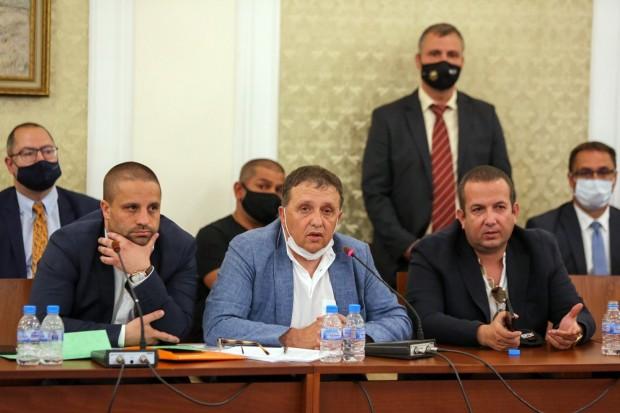> Иван Ангелов е в средата. Светослав Илчовски е отдясно