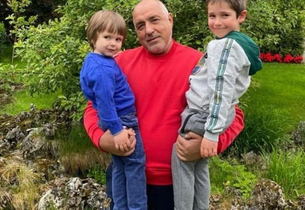 отново публикува снимки със своите внуци във фейсбук. Внуците му