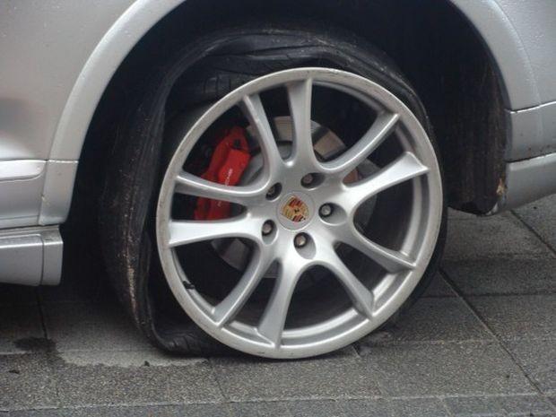 По първоначални данни двамата са демонтирали и откраднали автомобилни гуми