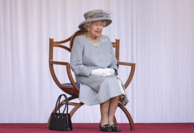 БТАБританската кралица Елизабет Вторанаблюдава военната церемония в замъка Уиндзор, с