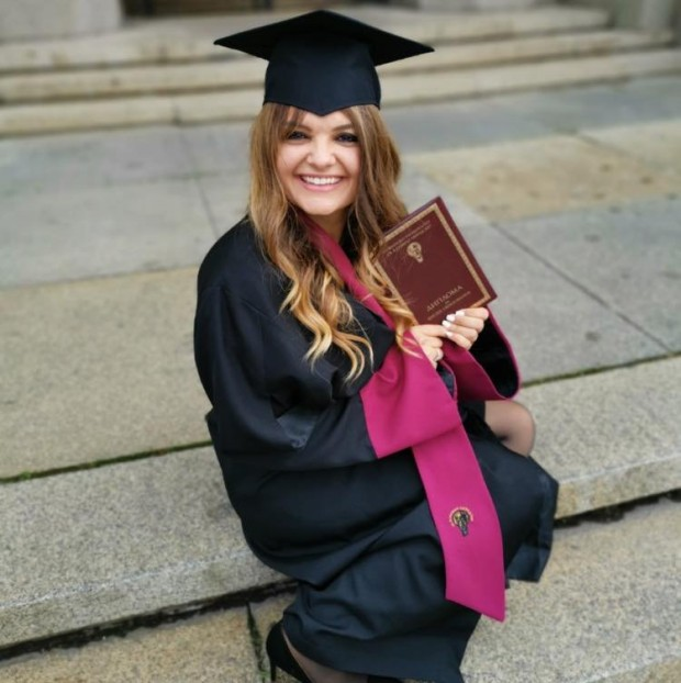ФейсбукПетя Дикова се дипломира, завърши магистратурата си след 10 години.
