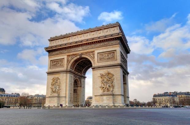 iStockТриумфалната арка в Париж ще бъде опакована в сребристо-син текстил