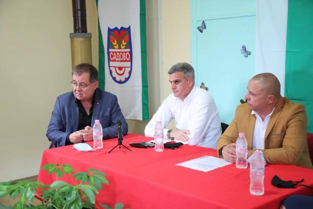 Служебният премиер посети вчера родното си село Поповица, където се