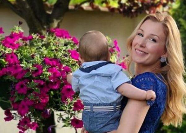 Преливаща от щастие изглежда спортната журналисткаНиколета Маданска, гушнала сина си.Малкият