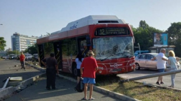 БНР-Бургас Автобус на градския транспорт на Бургас се е ударил в