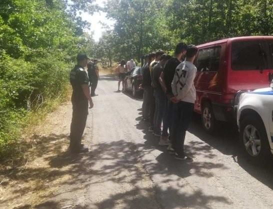 БНТ Гранични полицаи от РДГП-Елхово задържаха петима каналджии с 10 незаконни