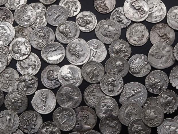Кожена ризница, 75 монети с вид на старинни и 70