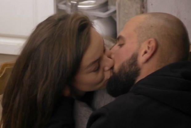 След като седмици наред се гледаха влюбено и се прегръщаха