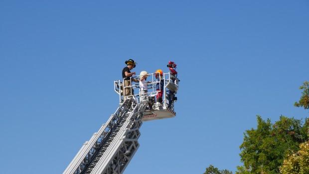 Пловдивски пожарникари демонстрираха техника и умения в центъра на града