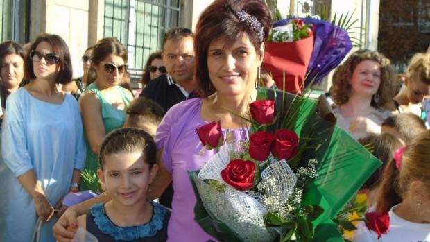 Varna24.bg.Официално облечени дечица, красиви майки и учителки в пъстроцветни рокли,