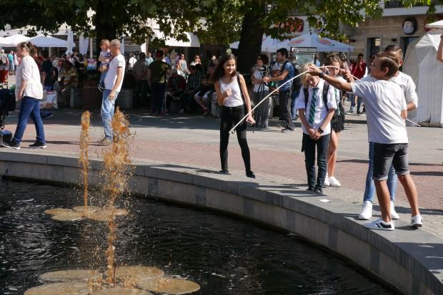 Най-смелите вече опитаха да отпият от колата, бликнала от фонтана