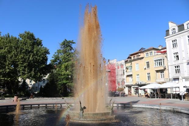 Фонтанът пред община Пловдив вчера претърпя временна трансформация, за която