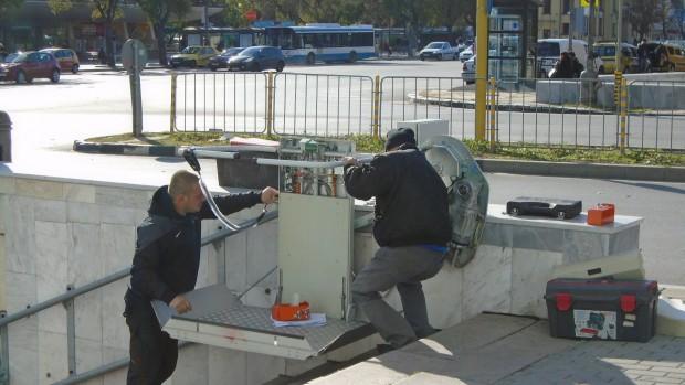 Varna24.bg забеляза работници, които свързваха съоръженията в централния подлез до
