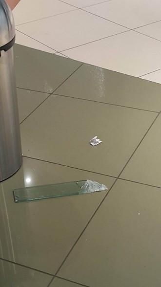 Част от стъклена преграда падна от втория етаж на мол