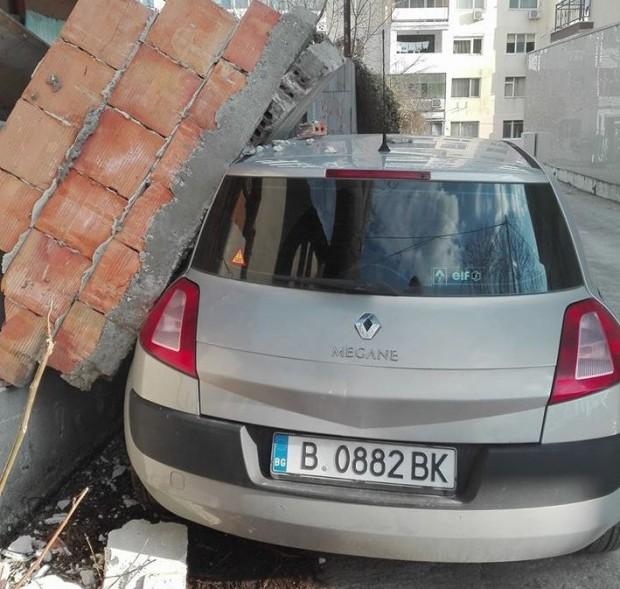 """Фейсбук Масивна стена от сграда е рухнала върху паркиран автомобил """"Рено"""