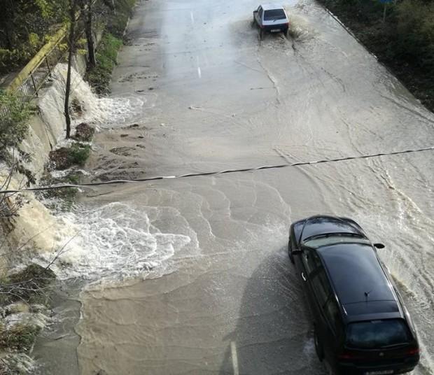 Varna24.bg. По непотвърдена информация тя е предизвикана от спукан водопровод