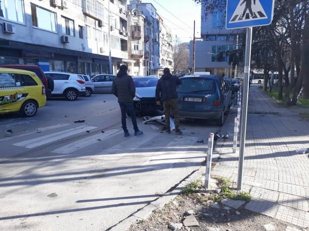 """Varna24.bg Катастрофа между таксиметров автомобил и лек автомобил """"Пежо"""" е"""