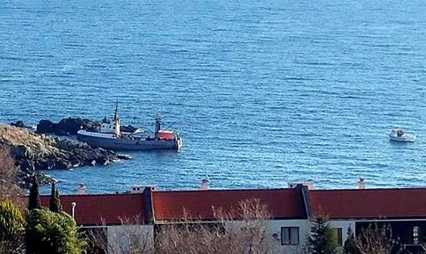 """Риболовният кораб """"Медуза"""" се разби в скалите край Созопол, научи"""