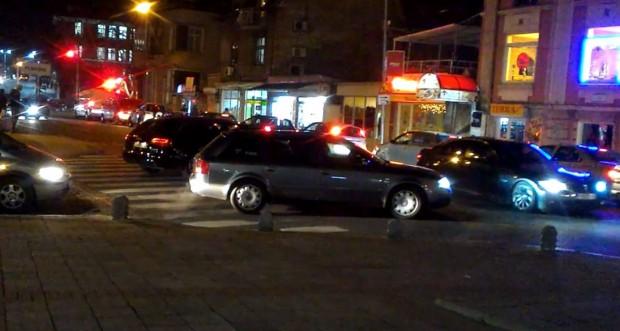 Нагли шофьори ежеминутно газят закона на кръстовището пред дома на