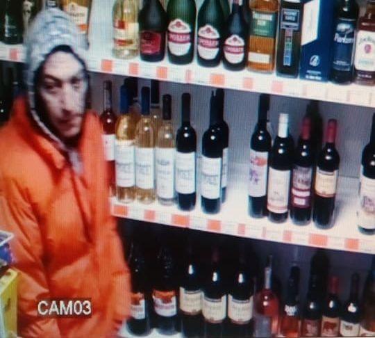 Varna24.bg Смела касиерка застави нагъл крадец да разтвори връхната си