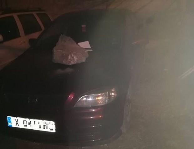 """Фейсбук """"Опел Астра"""", паркиран пред бл. 47 във """"Възраждане"""", осъмна с"""