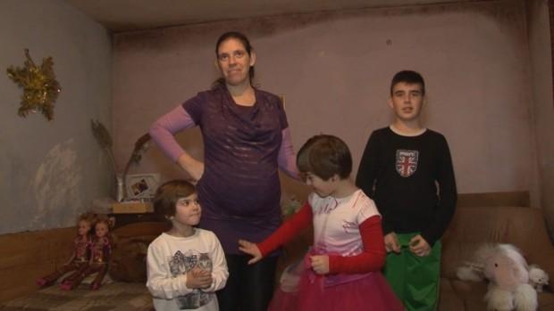 Ивелина Митева е на 31 г., самотна майка с три