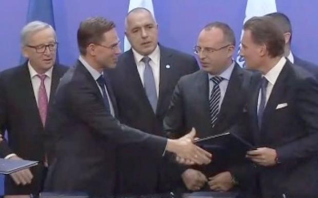 В присъствието на председателя на Еврокомисията Жан-Клод Юнкер и премиера