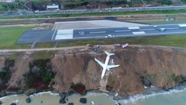 """Пътнически самолет """"Боинг 737-88"""" не успя да спре след приземяването"""