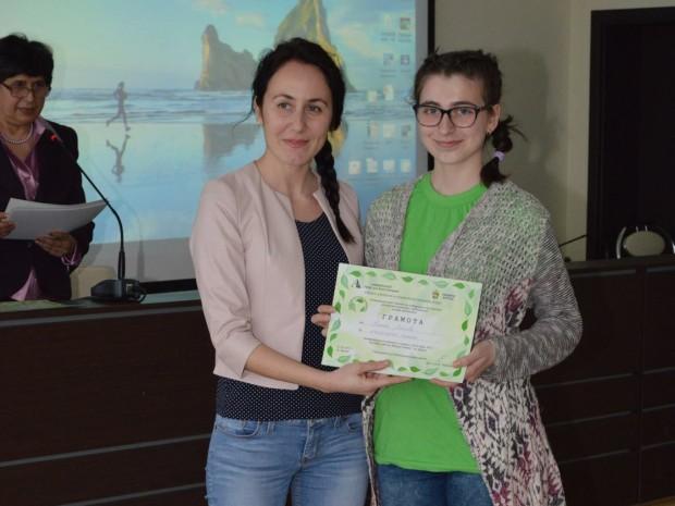 > Общинският съветник Калояна Живкова награди отличени участници в първото