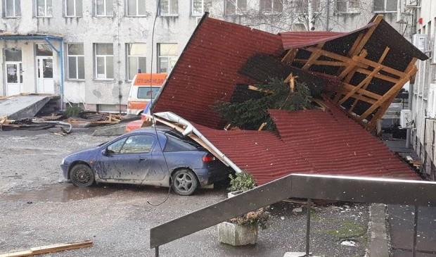 """""""Най-тежки са пораженията в карловската болница, където е паднал покривът"""