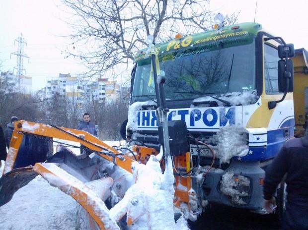"""Фейсбук > Камион с гребло на фирма """"Инжстрой"""" е закъсал днес"""