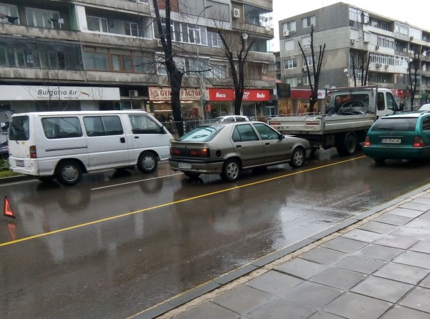 """Varna24.bg.""""Пежо"""" с варненска регистрация, управлявано от възрастен шофьор, се е"""