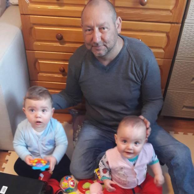 Милен Зайков е на 43 години от Бургас. Страда от